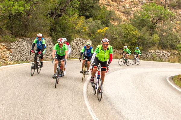 ciclistas pedaleando en ruta