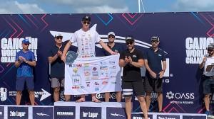 Miguel Bou Bernabéu mostrando a sus patrocinadores tras recibir los Oro como Campeón Mundial Oceanman en 5 km, 1.5 km y Absoluto Junior
