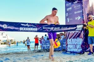 Llegada a la meta de Miguel Bou Bernabéu en la final Mundial Oceanman Cancún 2019
