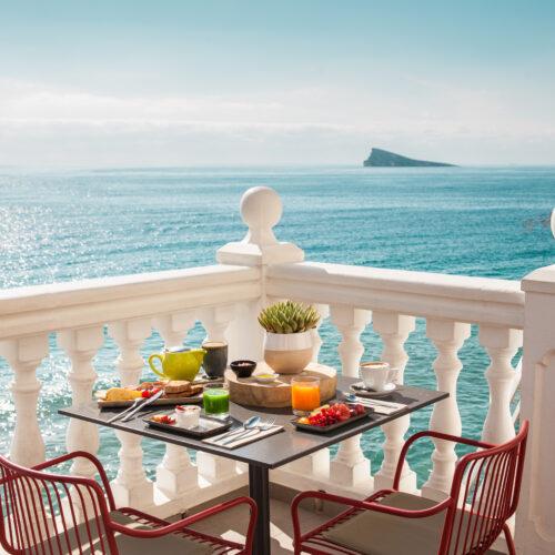Terraza del Restaurante D.Vora con una ubicación inmejorable sobre el Mediterráneo.